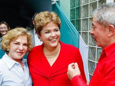 Dilma posa para foto com o ex-presidente Lula e dona Marisa Letícia durante churrasco