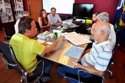 Durante a reunião, os detalhes finais da planta baixa do prédio foram discutidos