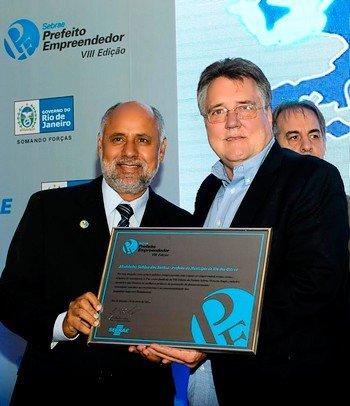 Prefeito Sabino recebeu o prêmio do diretor de Produtos e Atendimento do Sebrae-RJ, Armando Clemente.