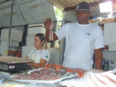 No Mercado de Peixes de Macaé, vendedores estão atentos ao período (Foto Douglas Smmithy)