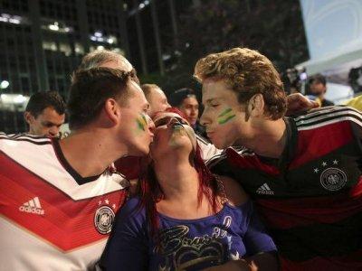 Dois alemães beijam brasileira em São Paulo após a derrota por 7 a 1