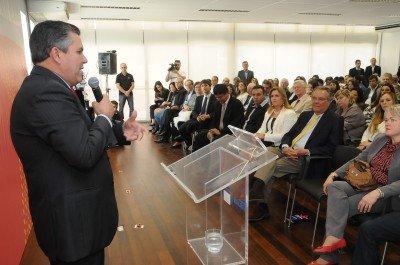 O prefeito Rogério Cabral discursa na inauguração do Senai Espaço da Moda
