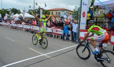 Após mais de quatro horas de prova, os competidores cruzam a linha de chegada em Rio das Ostras e recebem a bandeira do prefeito Sabino.