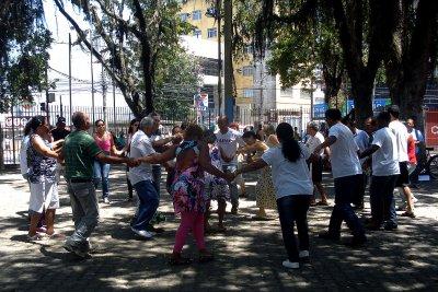 As Danças Circulares em sua maioria, constituem-se de passos simples, permitindo a participação de todos