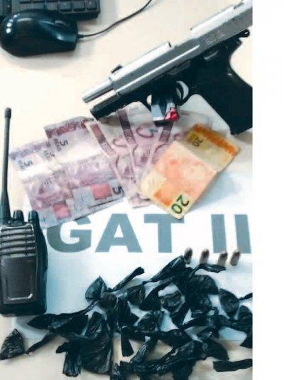 Na ação foram apreendidas arma, rádio, maconha e cocaína