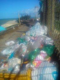 O lixo se acumula na praia do Farol!