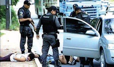 Já na segunda-feira, PMs prenderam quatro homens após assalto em Costazul