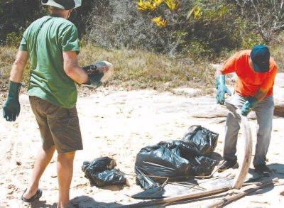 Simples ação de recolher o próprio lixo das margens dos recursos hídricos e descartálo em local adequado ajuda a reduzir as consequências diretas da presença de resíduos em ambientes marinhos e costeiros