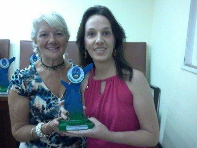 A jornalista Lorraine Buty (à direita) representou a subsecretaria na noite de entrega do prêmio de Melhor Assessoria de Comunicação do ano de 2014