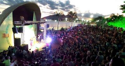 Dora Aventureira reuniu centenas de crianças na Concha Acústica da Praça São Pedro, no Centro..