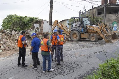 Prefeitura garante moradia para famílias que viviam em área de risco, cujas casas estão sendo derrubadas