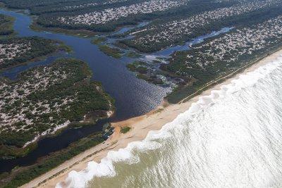 A restinga de Jurubatiba é um trecho único do litoral brasileiro biograficamente diferenciado dos demais
