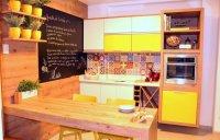 Cozinha com tons de amarelo e cerâmica estilo retrô conferem um ar despojado
