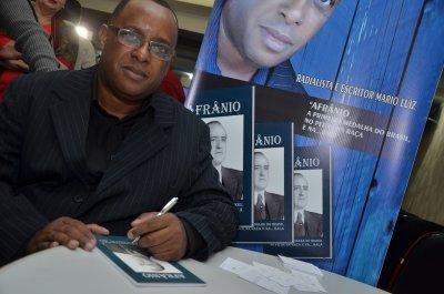 O autor contou que o livro relata a saga de um macaense que desacreditado foi participar da primeira Olimpíada da história do Brasil