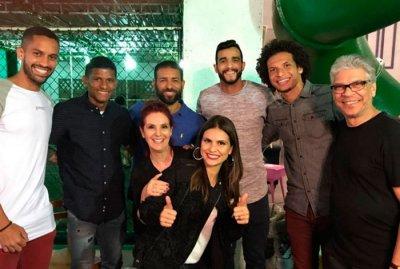 Rômulo, Márcio Araújo, Pierre, Dourado e William Arão posam com Aline Barros e amigos durante confraternização