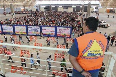 A inscrições do Processo Seletivo da Prefeitura de Macaé para o preenchimento de 1.300 vagas começaram nesta segunda-feira (11) e prosseguem até terça-feira (12), no Centro de Convenções Jornalista Roberto Marinho, das 9h às 15h. No primeiro dia de a
