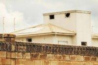 Muro alto e arame fazem a segurança do condominio