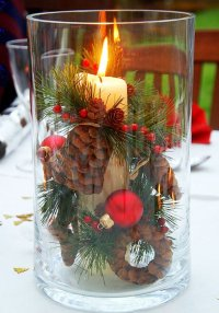 Pote decorado com pinhas, vela e bolas natalinas