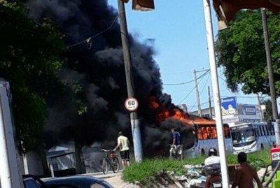Bandidos incendeiam ônibus em Macaé Divulgação