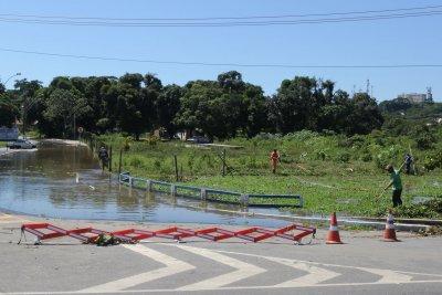 A Linha Azul, sentido Aroeira, possui duas pistas com água. Por esta razão, o fluxo segue pelo acostamento.