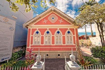 O Solar dos Mellos - Museu da Cidade de Macaé está localizado na Rua Conde de Araruama, 248, Centro.
