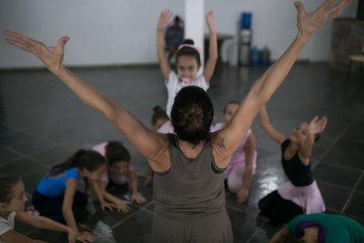 Além da dança, são oferecidas diversas modalidades artísticas e profissionalizantes