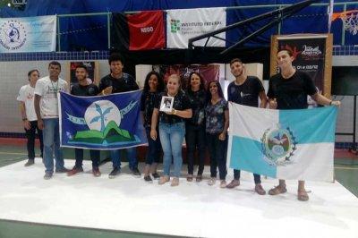 Os alunos conquistaram o troféu de primeiro lugar em  uma das mais importantes competições do país