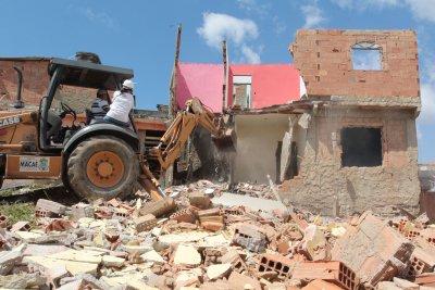 da Polícia Militar, foi responsável pela desocupação de área pública e de risco, nesta segunda-feira (14). O trabalho contou com a demolição de 10 casas na Fronteira, localizadas na Avenida Beira Ma