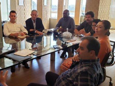 Hélio Batista, ao centro, em negociações com a Zurich