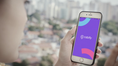 Para começar a solicitar viagens de táxi pela Cabify, baixe o aplicativo no celular pela App Store ou Play Store