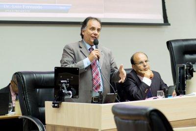 A proposta de Luiz Fernando foi aprovada, mas três vereadores se abstiveram