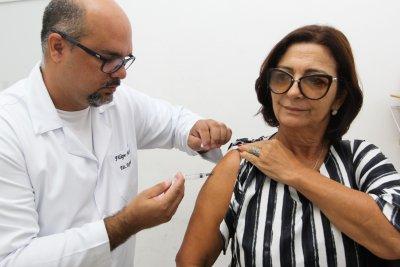 De acordo com dados do Programa de Imunização, foram imunizados 96% do grupo prioritário