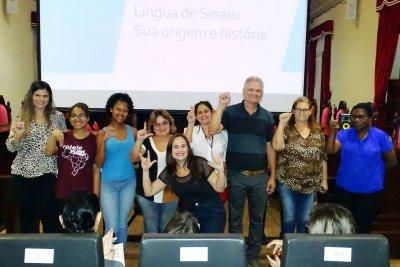 As aulas são ministradas pela professora do município, Lázara Bastos.