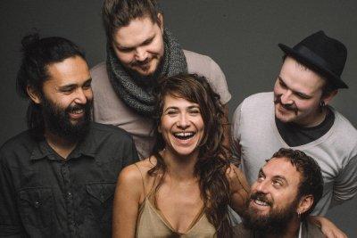O grupo é formado por Uyara Torrente, Eduardo Rozeira , Vinícius Nisi (teclado), Marano e Luís Bourscheidt