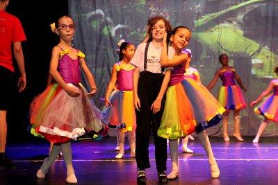 O cenário e adereços foram idealizados e produzidos pela equipe da Escola Municipal de Dança, dirigida por Cláudia Tenório.
