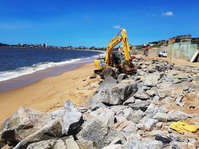 A obra nos cerca de 600 metros de extensão na Rua Beira Mar começou nesta terça-feira (18)