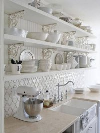 Cozinha com móveis e objetos retrôs dão um charme e elegância, uma atmosfera para as mamães elegantes