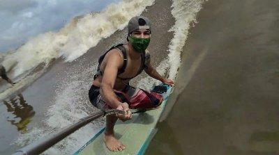 Ruan Pororoca. surfando nas águas do Rio Mearim, no Maranhão