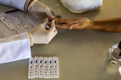 O atendimento nos mutirões é realizado por uma equipe formada por técnicos de laboratório, biólogo e enfermeiros