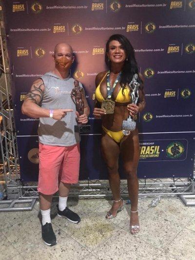 Dois atletas macaenses garantiram títulos de destaque no Campeonato de Fisiculturismo, organizado, neste mês, pela Federação Brasil Fisiculturismo, no Tijuca Tênis Clube, no Rio de Janeiro. Alex Teixeira Soares foi campeão prêmio na categoria Men's P