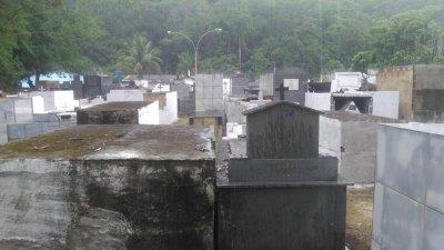 No cemitério do Óleo, em Glicério, o estado é de total abandono