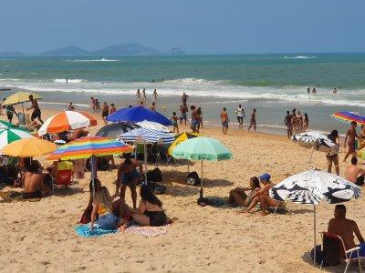 Praia também é local de contaminação e população precisa evitar aglomeração e deve usar máscara