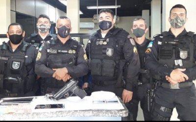 niciadas as buscas na residência policiais militares apreenderam uma balança de precisão, R$ 470, réplica de pistola, faca, dois celulares, sacolé contendo pó branco aparentando ser cocaína,