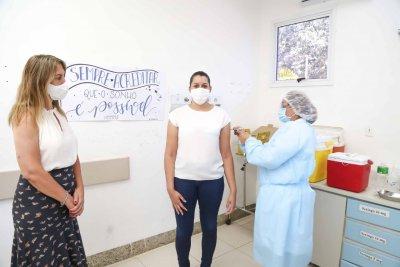 A enfermeira da Unidade de Terapia Intensiva (UTI) Covid-19 do Hospital Municipal Mariana Maria de Jesus, Jussara Alves, foi a primeira profissional da saúde a ser imunizada em Quissamã
